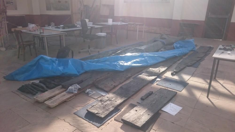 Planken van de Zwammerdam 2 worden uitgepakt, schoongemaakt en bekeken