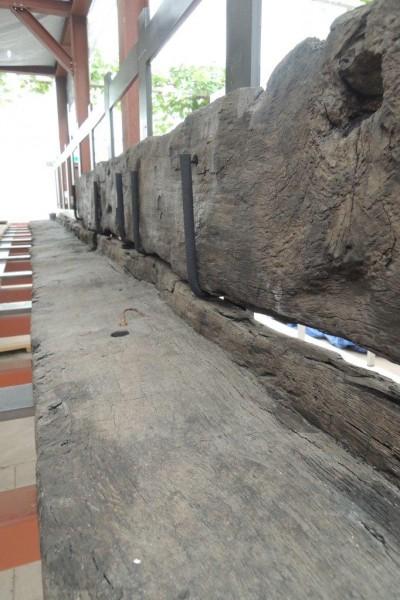 Gelukt! Een deel van de kim aan de stuurboordzijde ligt en hangt in het restauratieframe. Een eerste resultaat (foto Alexander de Vos).