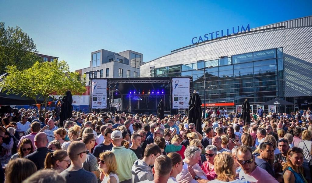 Gers Pardoel treedt op tijdens Alphens Bevrijdingsfestival