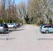 Bezoekers verplaatsen hekken bij parkeerplaats Zegerplas